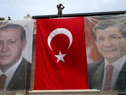 Banderas con Tayyip Erdogan y Ahmet Davutoglu en Estambul.