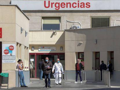 Varias personas protegidas con mascarilla se encuentran cerca de la puerta de Urgencias del Hospital Gregorio Marañón, en Madrid.