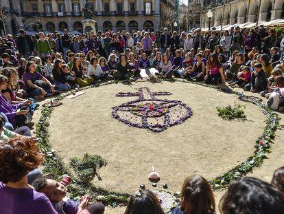 Ofrenda floral en commemoracion a las mujeres victimas de violencia machista en Girona este mes de marzo.