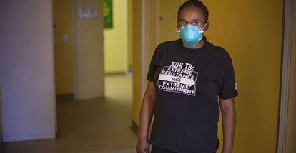 Xoliswa Harmans, consejera de la clínica Lizo Nobanda de Ciudad del Cabo, Sudáfrica. Estas profesionales de la salud son fundamentales para los enfermos a la hora de enfrentarse a un tratamiento que durará al menos dos años. Los enfermos de tuberculosis extremadamente resistente encuentran apoyo emocional e información durante este proceso.