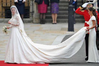 """Kate Middleton durante su boda con el príncipe Guillermo, el 29 de abril de 2011, en Londres (<a href=""""http://www.elpais.com/fotografia/gente/tv/Vestido/suerte/elpepigen/20120112elpepuage_1/Ies/"""" target=""""_blank"""">Ver imagen ampliada</a>)"""