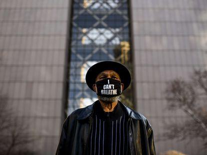 """Un ciudadano con una mascarilla en la que se pueden leer las palabras que pronunció George Floyd: """"No puedo respirar"""""""