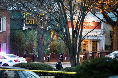 Cordón policial ante el restaurante Comet, atacado tras la oleada de noticias falsas