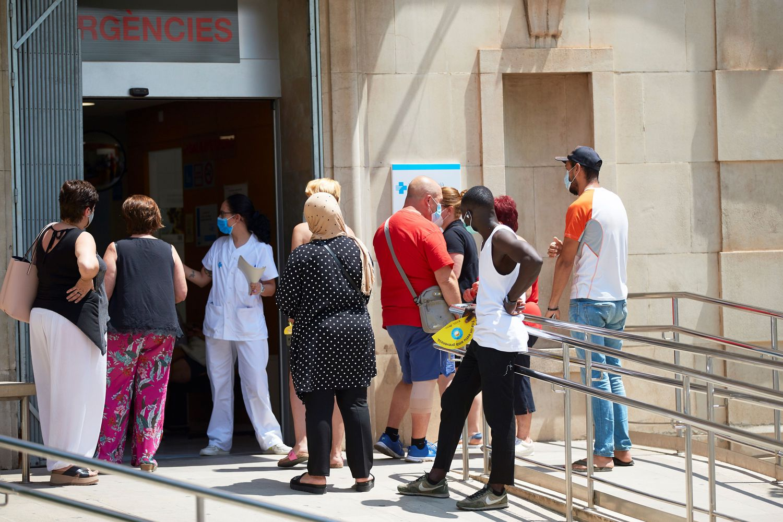 Varias personas esperan para ser atendidos en el centro de atención primaria Prat de la Riba de Lleida, este martes.