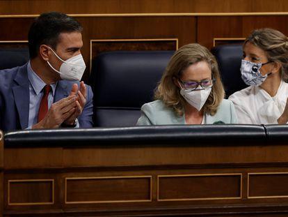 Desde la izquierda, el presidente del Gobierno, Pedro Sánchez, la vicepresidenta primera y ministra de Asuntos Económicos y Transformación Digital, Nadia Calviño, y la vicepresidenta segunda y ministra de Trabajo, Yolanda Díaz, en la sesión de control al Gobierno del pasado miércoles.