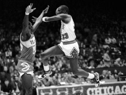 Michael Jordan, propulsado por unas recién estrenadas zapatillas que llevan su nombre, se dispone a sobrevolar a un jugador de los Atlanta Hawks en 1985.