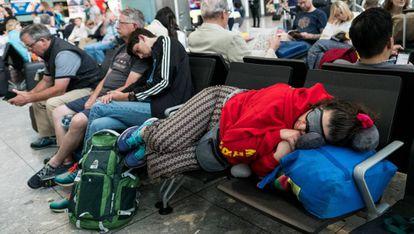 Pasajeros esperando en la terminal del aeropuerto de Heathrow.