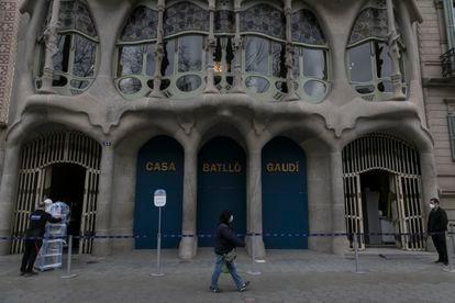 La fachada de la Casa Batlló de Gaudí en Barcelona, ayer, cerrada al público desde el mes de octubre.