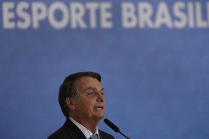 El presidente de Brasil, Jair Bolsonaro, confirma que su país será sede de la Copa América 2021, durante una ceremonia en el banco estatal el martes.