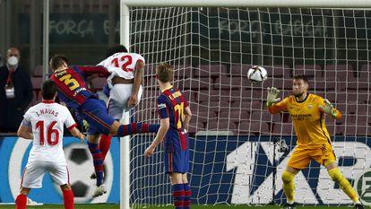Piqué marca de cabeza, ante Koundé y Vaclik, el gol que supuso la prórroga.