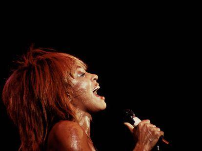 Tina Turner, a los 44 años, durante un concierto celebrado en 1983.