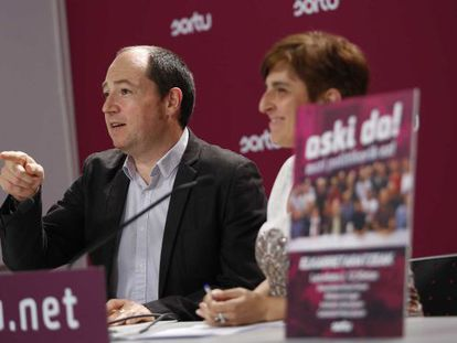 El portavoz de Sortu, Pernando Barrena, durante la rueda de prensa que ha ofrecido sobre la sentencia del 'caso de las Herriko Tabernas'.