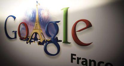 Logo de Google con la Torre Eiffel.