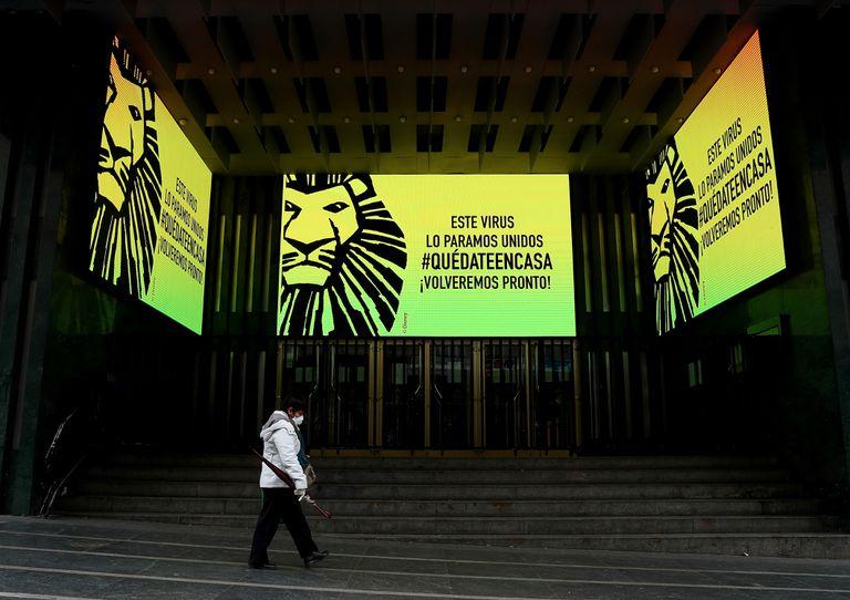 Un teatro cerrado en la Gran Vía de Madrid por la pandemia.