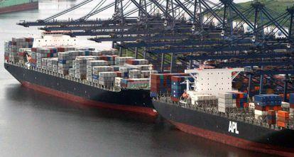 Dos buques cargueros en el puerto de Veracruz (México).