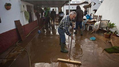 Vecinos de Conil limpian sus casas inundadas.