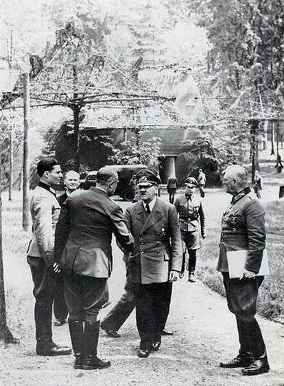 Von Stauffenberg, primero por la izquierda, de visita en la Guarida del Lobo, cinco días antes del atentado.