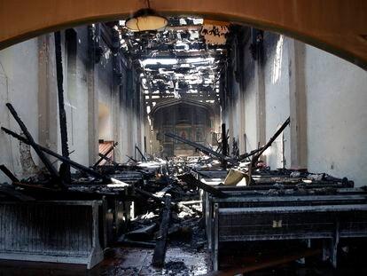 Interior de la iglesia de la misión de San Gabriel en California, tras el incendio este sábado.