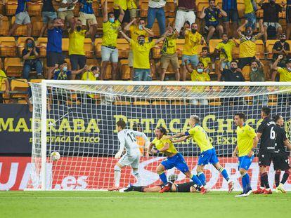 Alfonso 'Pacha' Espino celebra el empate del Cádiz.