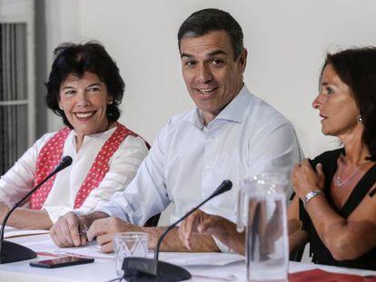 Pedro Sánchez, entre Celaá (izquierda) y Martínez Seijo, en la reunión con las asociaciones, este martes.