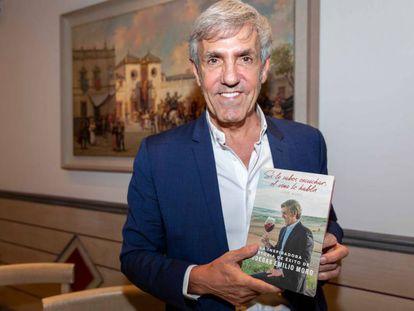 José Moro, con su libro en Sevilla.