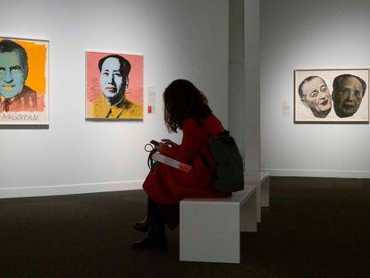 Una visitante en una sala de la exposición 'El sueño americano', en CaixaForum.