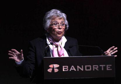 La futura secretaria de Gobernación, Olga Sánchez Cordero, en el foro bancario.