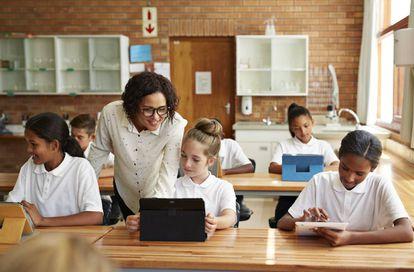 Una maestra práctica técnicas de estudio con sus alumnos.