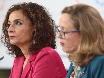 La ministra de Hacienda, María Jesús Montero (al fondo), y la vicepresidenta de Asuntos Económicos, Nadia Calviño.