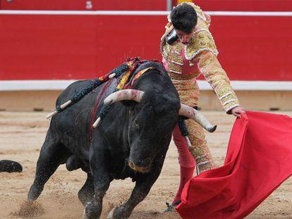 Pamplona 10 -7-2013 Talavante en su primer toro. Foto Luis Azanza