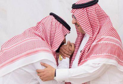 Mohamed Bin Salman (MBS) besa la mano del principe Mohamed Bin Nayef en el palacio real de la Meca.