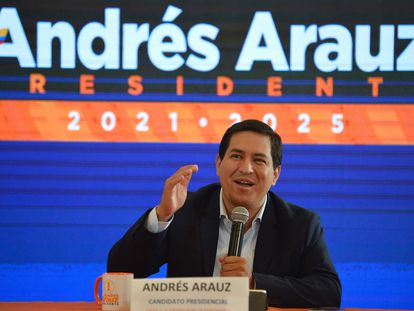 El candidato Andrés Arauz en conferencia de prensa.