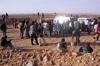Un grupo de inmigrantes en El Aouina-Souatar, cerca de la frontera con Argelia.