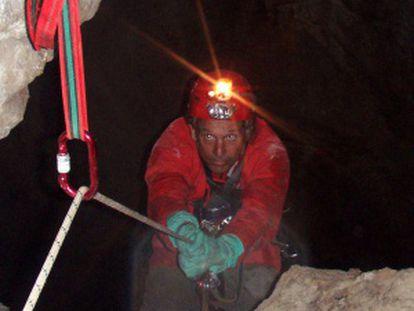 El geólogo Raúl Pérez asciende por la sima cántabra CS-9.