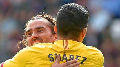 Griezmann y Suárez festejan el primer gol azulgrana.
