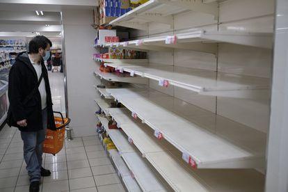 Estantes desabastecidos por el acopio de víveres en un supermercado de Madrid, este lunes.