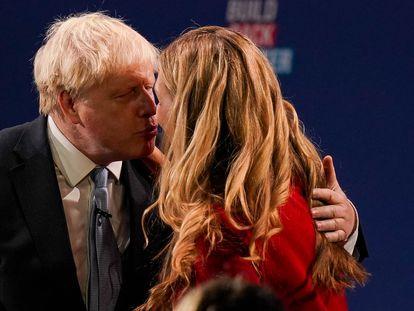 Boris Johnson besa este miércoles a su esposa, Carrie Johnson, al finalizar su discurso en el congreso del Partido Conservador en Mánchester (Inglaterra).