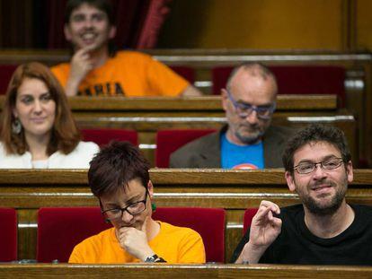 Los diputados Albano Dante-Fachín (d, primera fila) y Jessica Albiach en el Parlament.