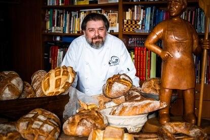 Paco Fernández con algunos de los panes que hace en Viena La Baguette