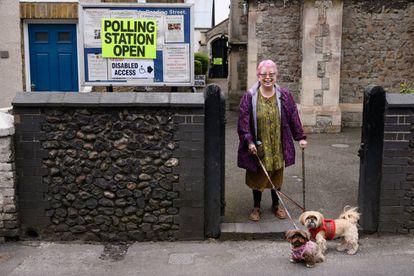 Una electora británica posa con sus perros en Broadstairs (Reino Unido) después de votar en las elecciones municipales de este jueves
