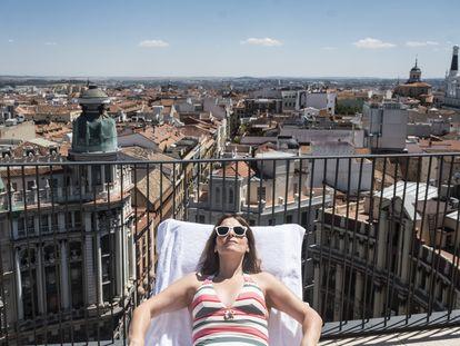 La autora del reportaje, tomando el sol en la azotea del spa del hotel Four Seasons, con vistas a la plaza de Canalejas de Madrid.