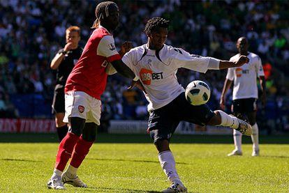 Sturridge conecta un disparo ante la presencia de Sagna, del Arsenal.