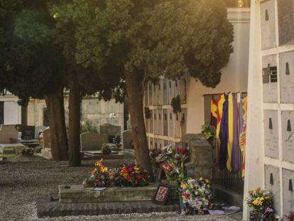 Cementerio de Collioure con la tumba de Antonio Machado adornada con flores y banderas republicanas. Vicens Giménez