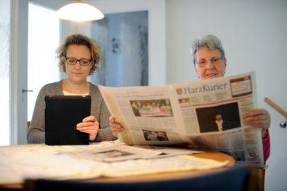 Dos mujeres con un iPad