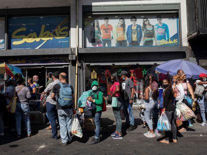 Un grupo de pasajeros espera en una parada de transporte público en Caracas, el pasado 30 de diciembre.