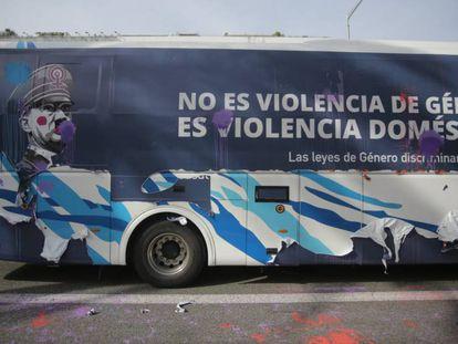 FOTO: El autobús de Hazte Oír en Barcelona. / VÍDEO: El autobús es recibido violentamente en Barcelona.