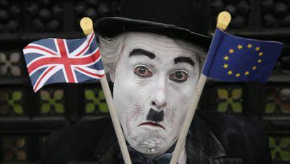Un manifestante antibrexit frente al Parlamento británico en Londres.