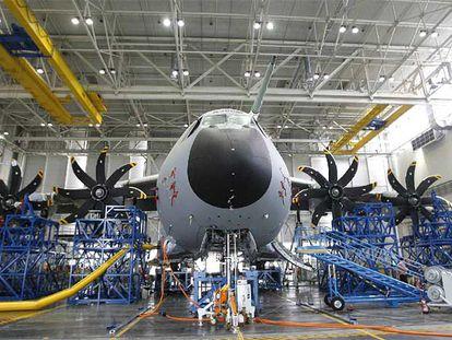 Ensamblaje de un avión de transporte militar A400M en las instalaciones de Airbus en San Pablo (Sevilla).