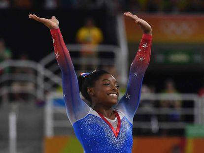 Simone Biles compite en los Juegos de Río 2016.