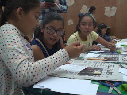 Niñas participan en el Taller de periodismo en la FIL.